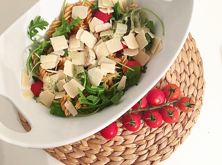 Nudelsalat mit Joghurt-Pesto-Dressing