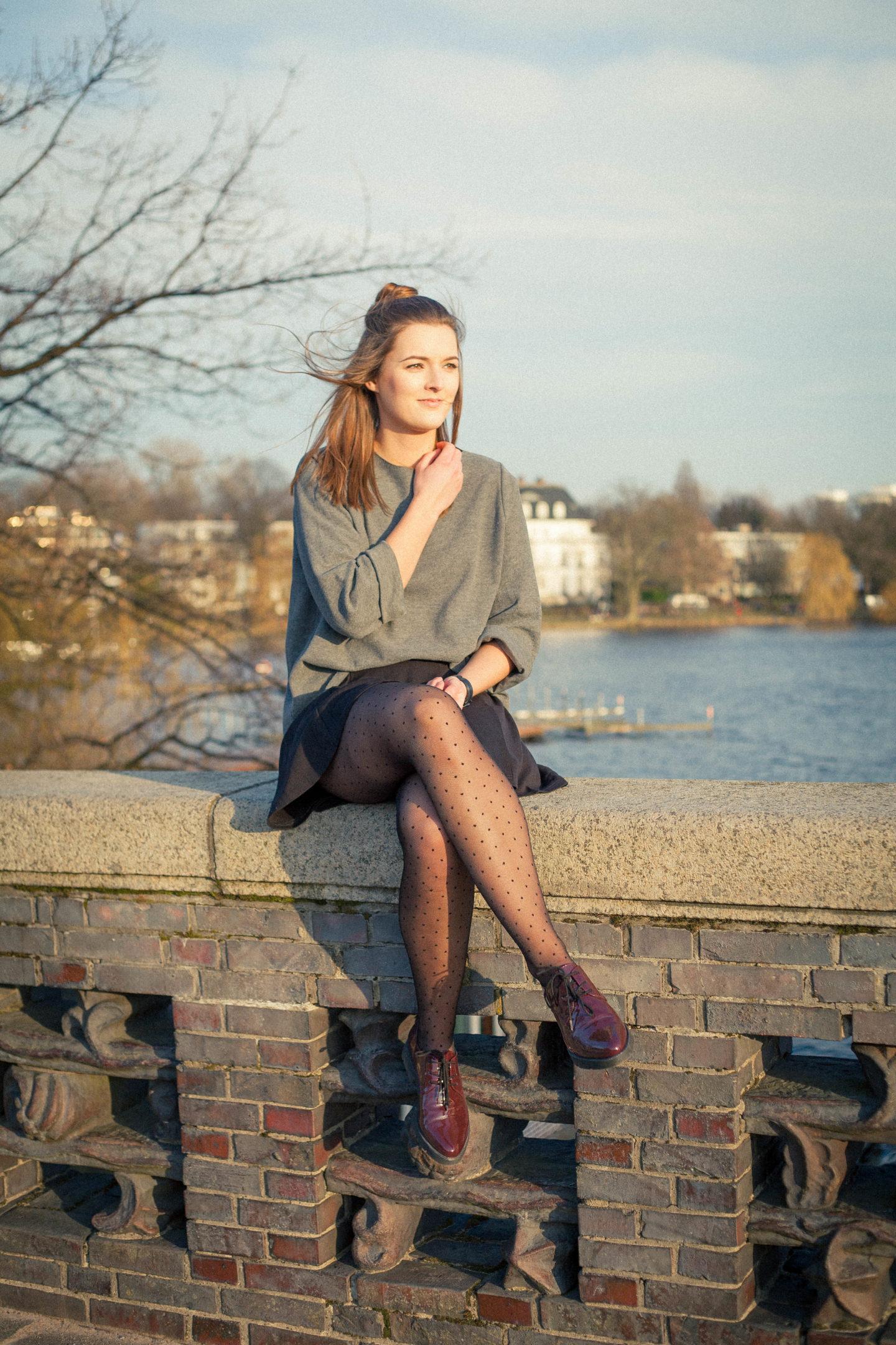 Punkte-Strümpfe & Oversize-Pullover